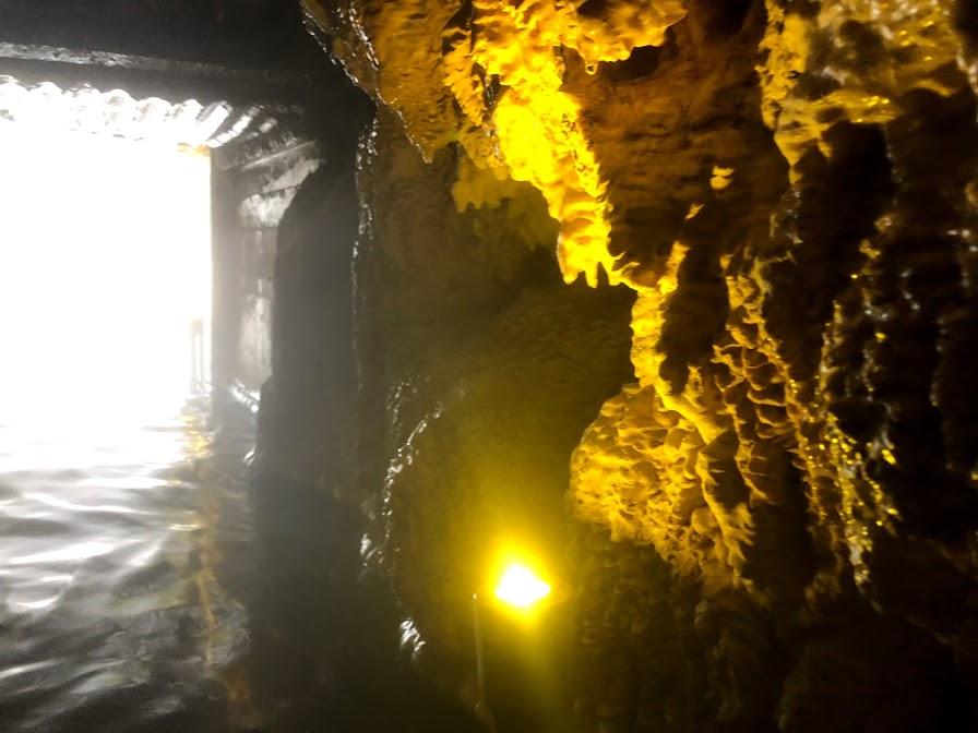 カナダ 洞窟温泉 エインズワース・ホット・スプリングス